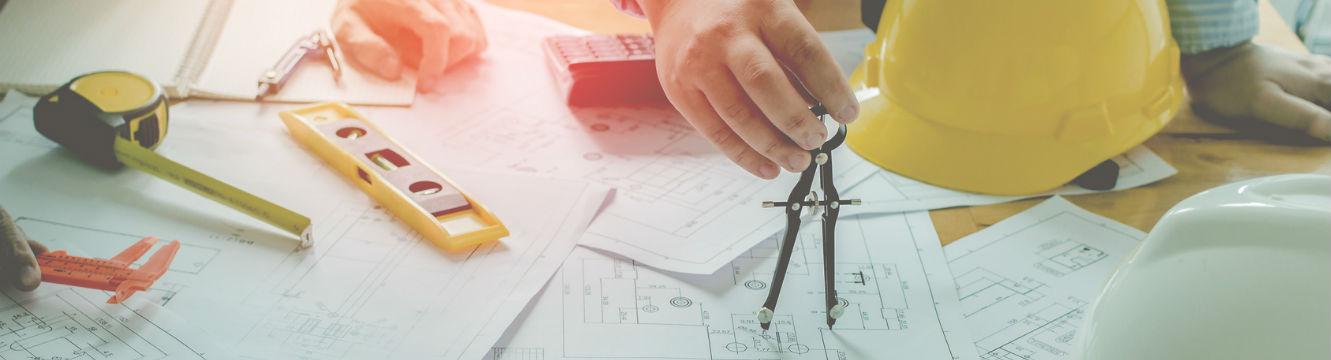 Un Dessinateur industriel conçoit un plan dans un bureau d'étude